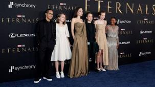 """Photo of Angelina Jolie, about premiere on film, like """"mam gallina"""" about children who have grown up"""